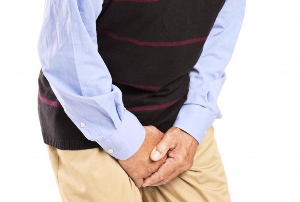 Почему у мужчин на яичках шелушится кожа?