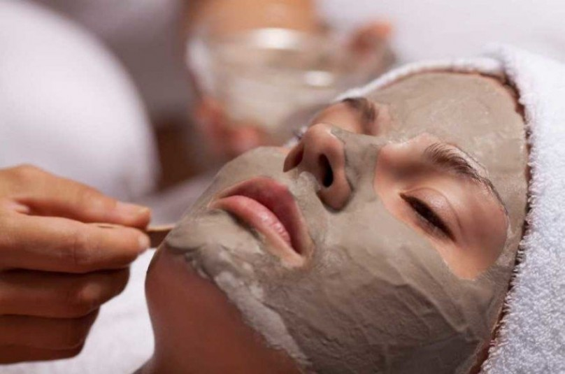 Как наносят маску из глины с молоком?