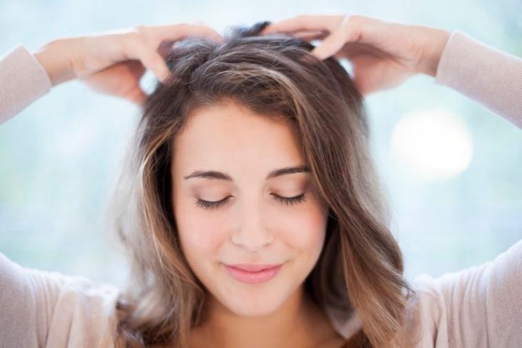 Массаж кожи головы для ухода за волосами осенью