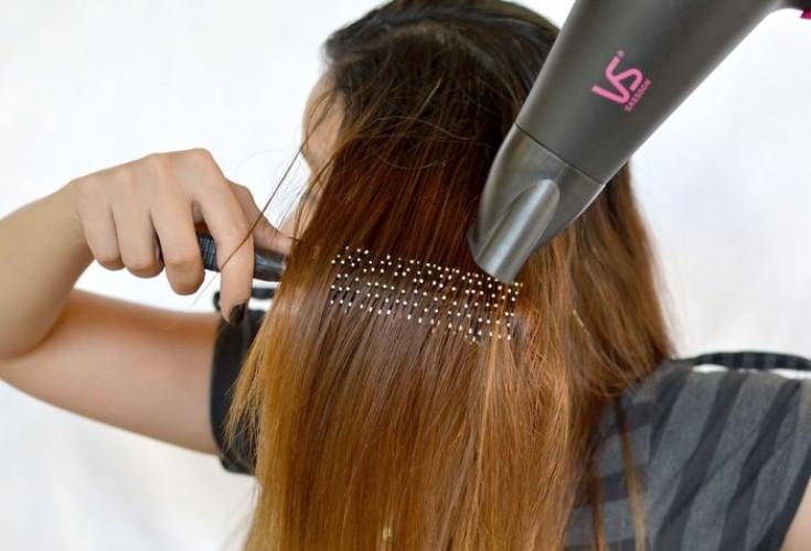 Как выпрямить волосы с помощью фена и расчески