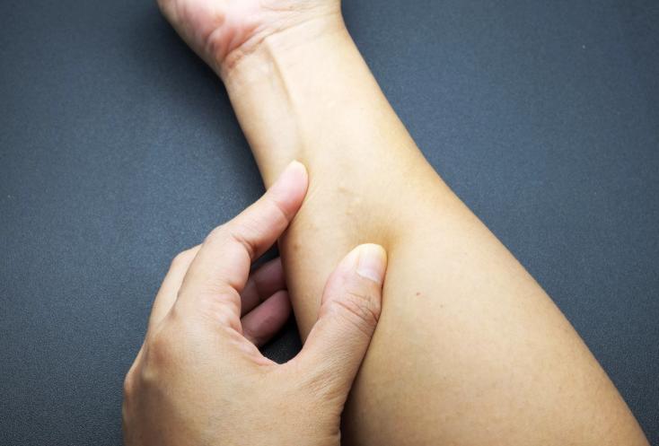 Уплотнение на внутренней стороне бедра у мужчин: фото, причины, лечение