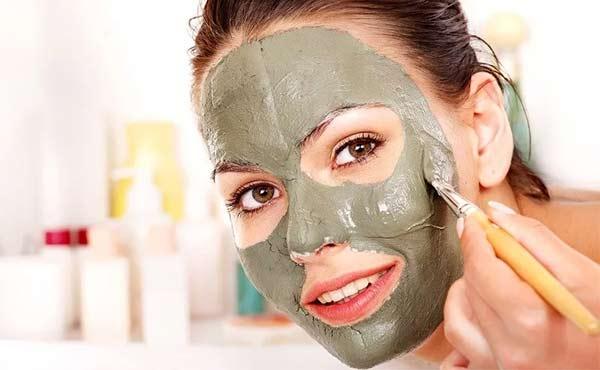 Отбелить кожу, сократить морщины, убрать прыщи — эти и не только свойства голубой глины в устранении косметических недостатков лица