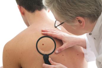 Сколько длится операция по удалению меланомы
