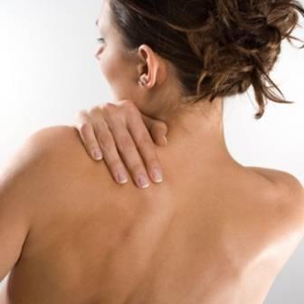 Почему прыщи появляются на плечах и в области декольте
