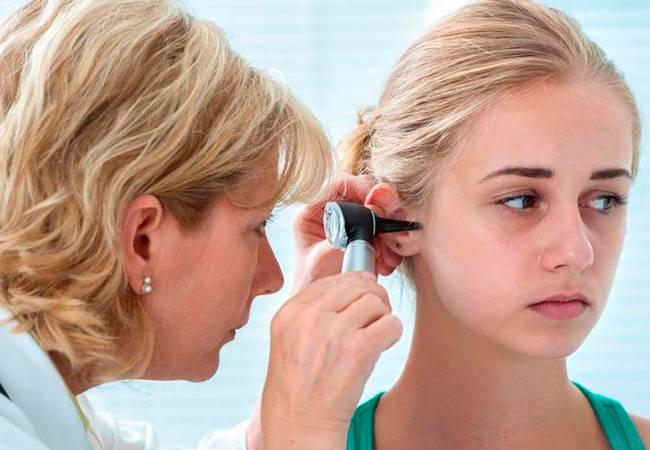 Причины, симптомы и лечение черной серы в ухе у человека