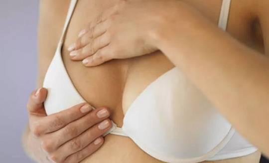 Основные причины появления прыщей на грудине и шее у женщин