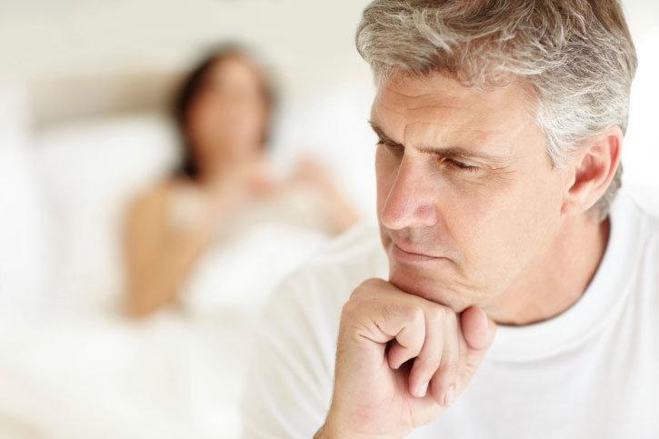Почему не встает с молодой девушкой: причины болезни
