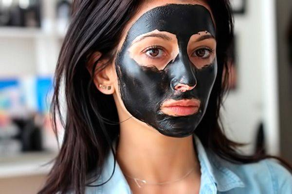 Избавляемся от черных точек с помощью маски для лица из активированного угля и желатина