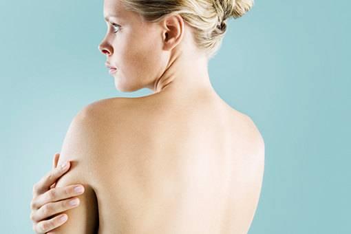 Причины прыщей на груди у мужчин и женщин. как избавиться? причины прыщей на груди у женщин