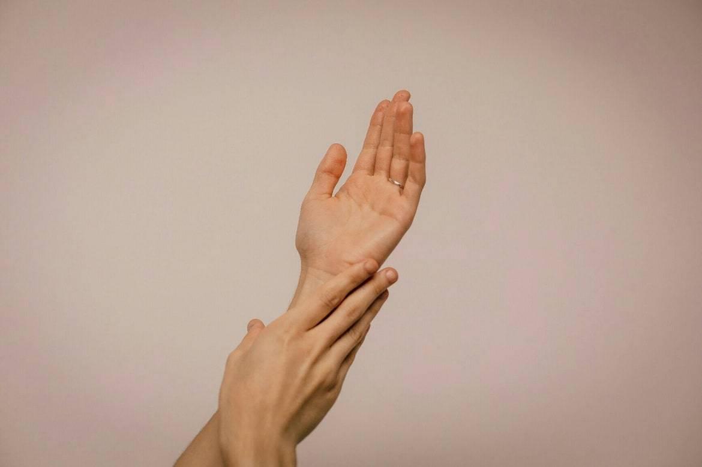 Почему появляются маленькие водянистые прыщики на руках