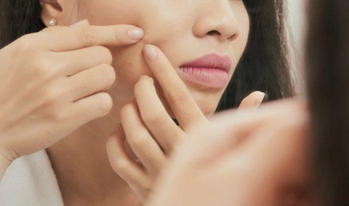 Почему фурункулы на шее опасны и как их лечить?