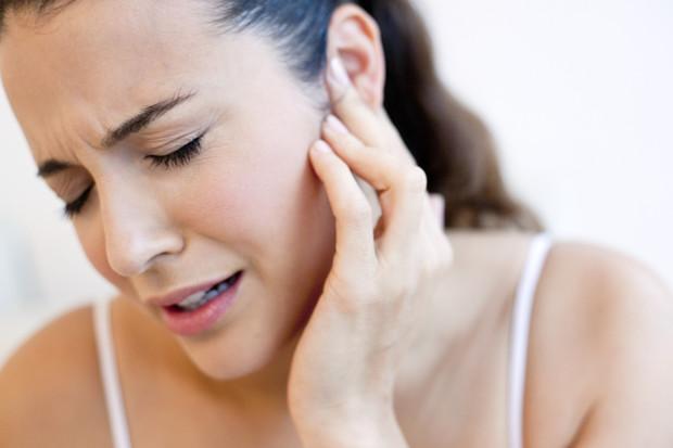 Причины появления и методы удаления черных точек в ушах: простые способы лечения